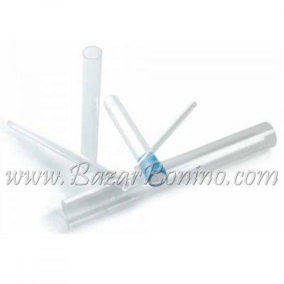 è composto da 5 tubi in plexiglass: Ø 1cm lungh. 28cm, Ø diam. 2cm lungh. 28cm, Ø diam. 3cm lungh. 28cm,Ø diam. 5cm lungh. 40cm e 1 Magic Tube diam.3cm lungh. 24cm che è è un tubo con un tappo di cotone utile a produrre figure e colonne di bolle, sono rivestiti in pellicola protettiva, confezionati in una scatola di cartoncino con etichetta e un pieghevole con le istruzioni d'uso, ricordati di acquistare il liquido bolle giganti, consigliati il bubble juice